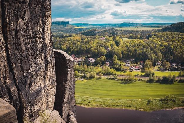 Vista de rathen em saxony switzerland, alemanha. bastei park, rio elba, montanhas de arenito