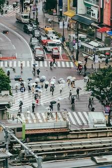 Vista de rua movimentada com pessoas e cartão