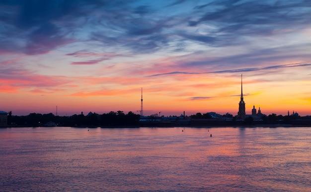 Vista de são petersburgo no amanhecer do verão