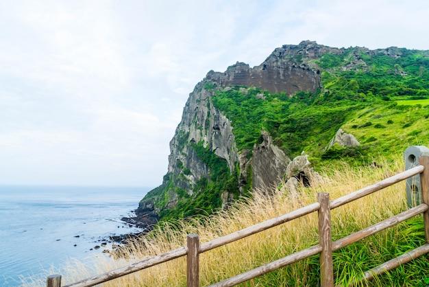 Vista de seongsan ilchulbong (cone vulcânico) na ilha de jeju.