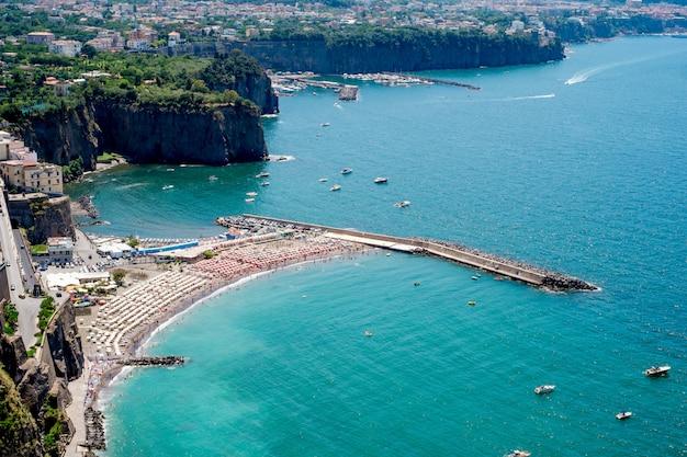 Vista de sorrento, itália com a praia e os banhistas
