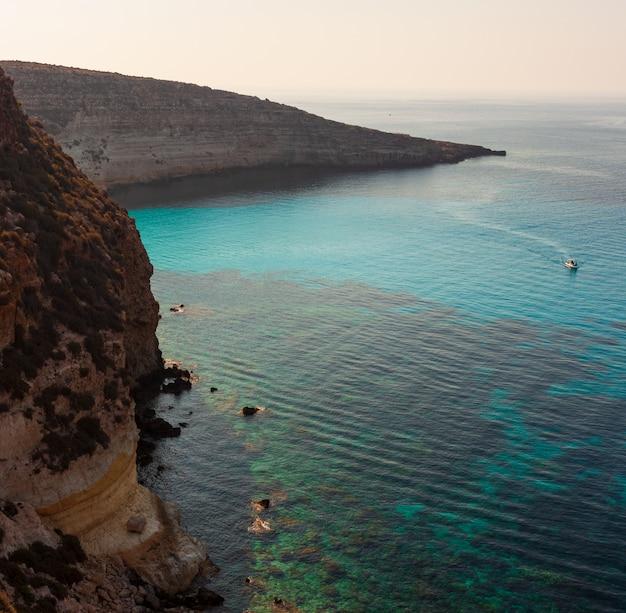 Vista de tabaccara lugar famoso mar de lampedusa