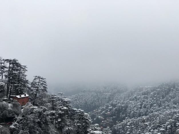 Vista de tirar o fôlego de uma cidade de montanha após a queda de neve