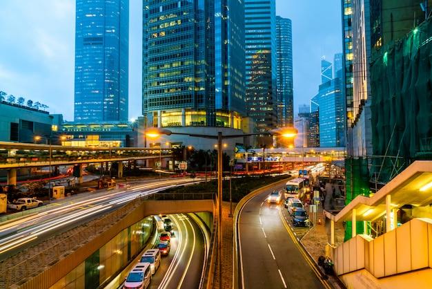Vista de tráfegos com escritórios e edifícios comerciais na área central de hong kong.