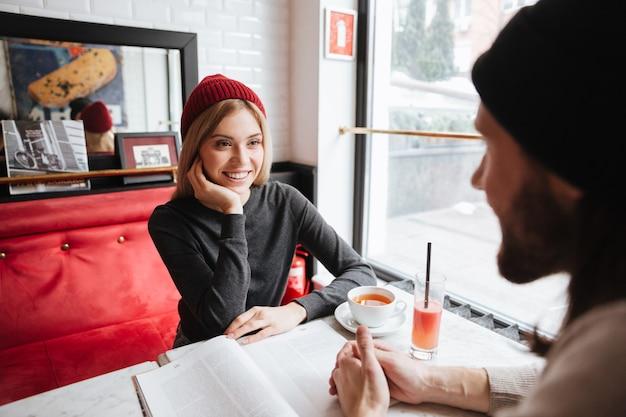 Vista de trás do homem barbudo no encontro com a mulher