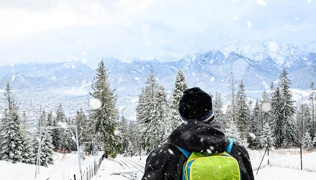 Vista de trás. um homem solitário no alto das montanhas olha para as montanhas. zakopane, gubalowka.