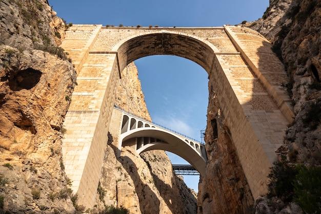 Vista de três pontes em um leito de rio seco com céu azul, vista superior. Foto Premium