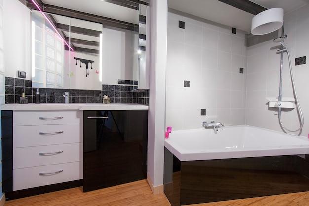 Vista de um banheiro espaçoso e elegante