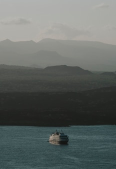 Vista de um barco navegando nas ilhas galápagos
