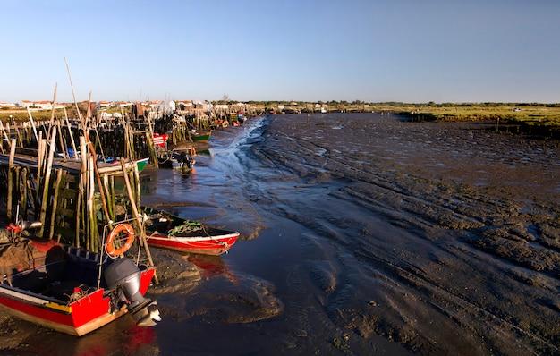 Vista de um cais palaphitic do pescador idoso nas regiões pantanosas de sado.
