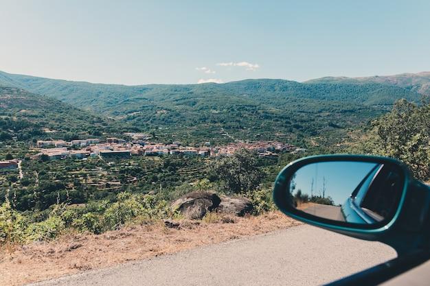Vista de um carro de uma vila típica da extremadura, espanha