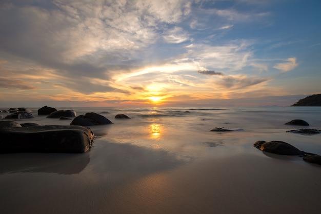 Vista, de, um, céu dourado, em, pôr do sol, com, ondas, choque, mar