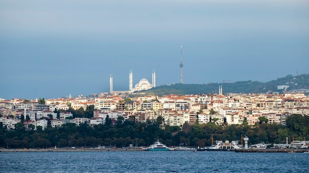 Vista de um distrito com edifícios residenciais em istambul, estreito do bósforo em primeiro plano, mesquita do sultão ahmed à distância, turquia