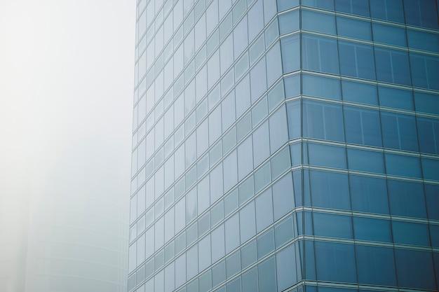 Vista de um edifício com grandes janelas de arranha-céus em um moderno centro de escritórios