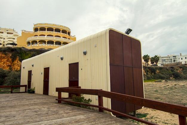 Vista de um edifício estranho da barra em uma praia.