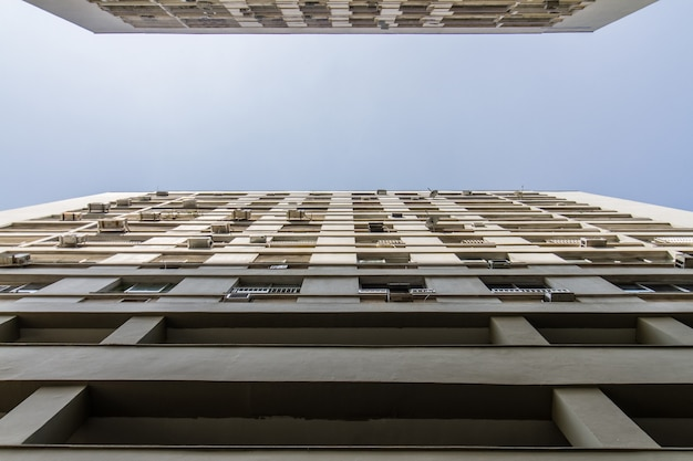 Vista de um edifício na perspectiva do contra-plongee no rio de janeiro, brasil.