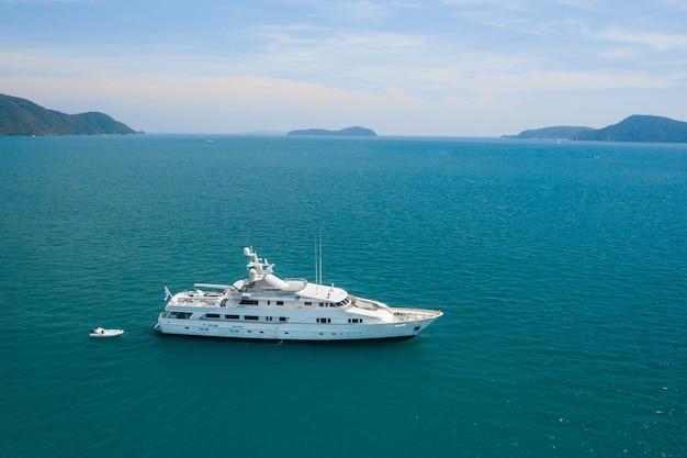 Vista de um iate branco de luxo no mar azul