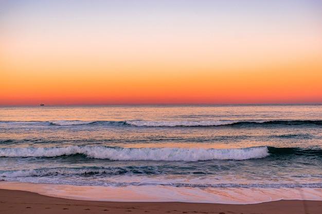 Vista de um incrível pôr do sol na praia