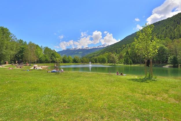 Vista de um lago em um belo parque de lazer do vale do tarentaise, nos alpes franceses