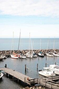 Vista de um pequeno porto com barcos de pesca e iates.