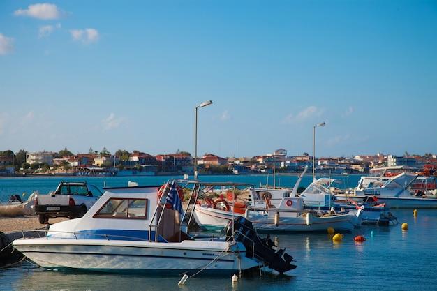 Vista de um porto em zakynthos, grécia, dia de verão