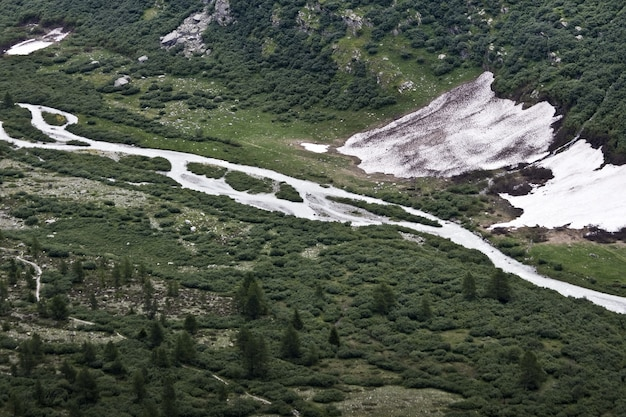 Vista de um rio congelado durante o inverno
