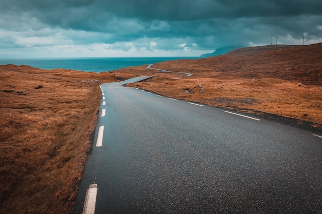 Vista, de, um, solitário, e, estrada sinuosa, em, ilhas faroe