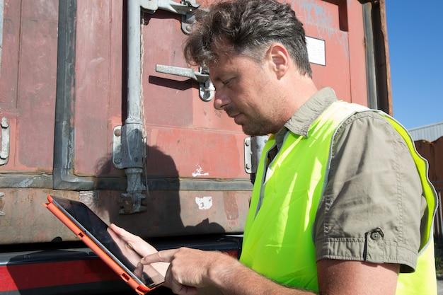 Vista de um supervisor do dock que verifica os dados dos contêineres