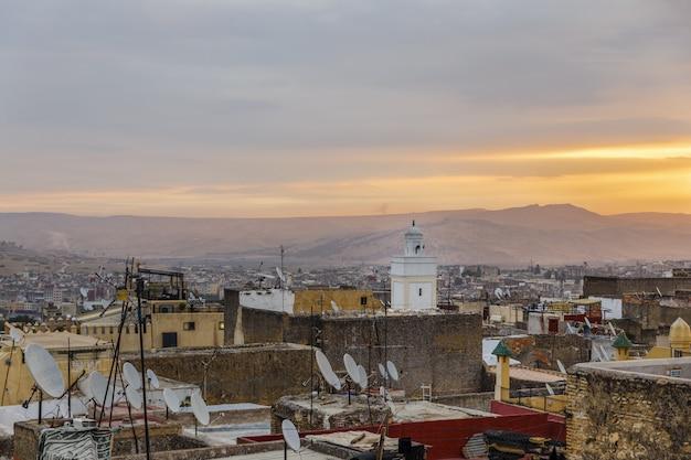 Vista de um telhado na medina de fez.