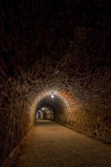 Vista de um túnel de mineração delével escuro.