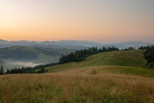 Vista de um vale em uma bela manhã com nevoeiro entre as montanhas