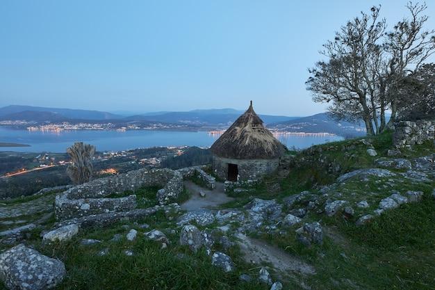 Vista de uma antiga casa galega reconstruída no monte de santa tegra, na comunidade da galiza, espanha.