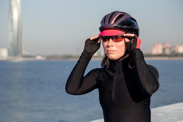 Vista de uma atleta de mulher usando capacete e óculos