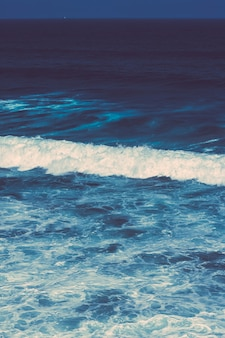 Vista de uma bela costa do oceano atlântico na europa viajar férias e conceito de verão seu perf ...