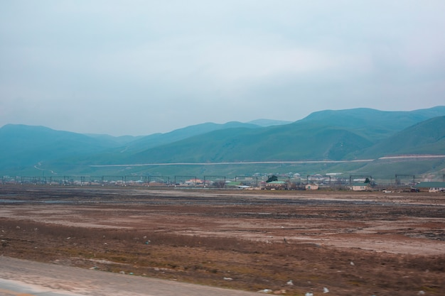 Vista de uma cidade através das montanhas