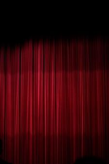 Vista de uma cortina vermelha de um estágio do teather.
