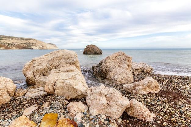 Vista de uma costa rochosa de manhã