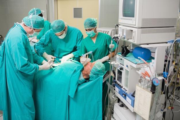 Vista de uma equipe médica em operação
