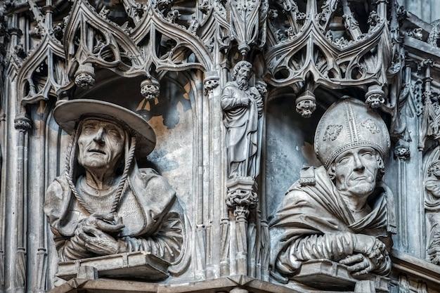 Vista de uma escultura em madeira na catedral de santo estêvão em viena
