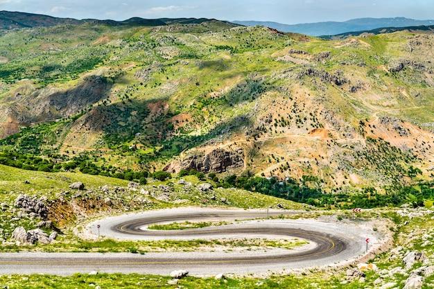 Vista de uma estrada para nemrut dagi nas montanhas da turquia