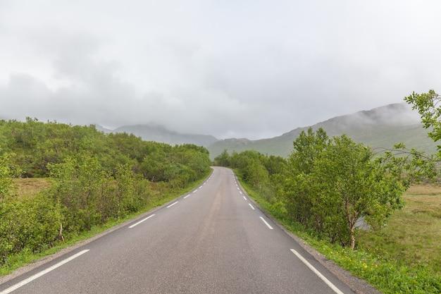 Vista de uma estrada sinuosa vazia nas ilhas lofoten.
