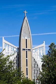 Vista de uma igreja cristã moderna situada em prazeres, lisboa.