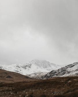 Vista de uma montanha coberta de neve