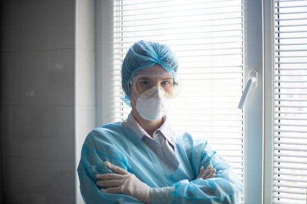 Vista de uma mulher usando um equipamento de proteção de pessoal médico