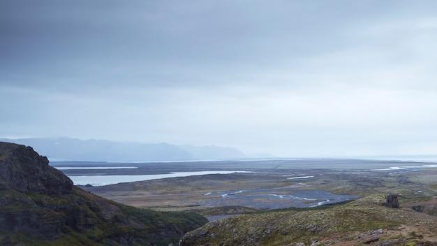 Vista de uma paisagem enevoada
