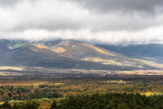 Vista de uma paisagem montanhosa no outono com clima tempestuoso