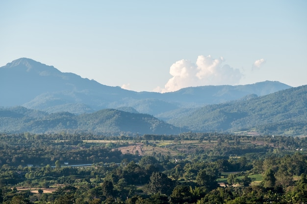Vista de uma pequena cidade em uma planície no meio de um vale.