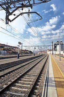 Vista de uma pequena estação de trem