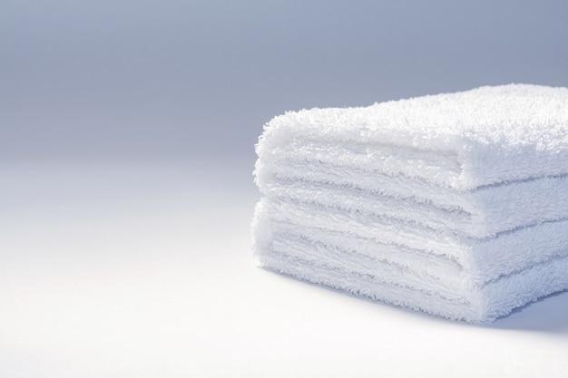 Vista de uma pilha de toalhas felpudas dobradas brancas