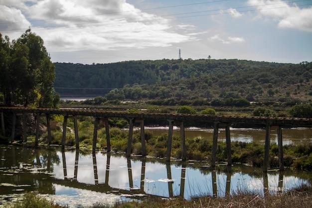 Vista de uma ponte da tubulação do transporte da água na região de portimao, portugal.